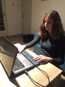 Willemijn achter haar laptop